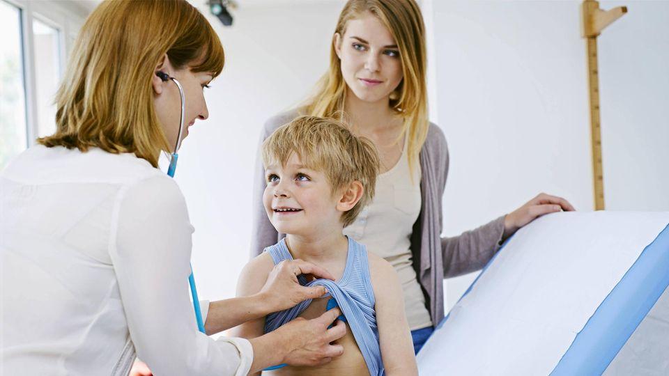 Ein kleiner Junge beim Kinderarzt