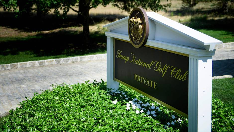Der Eingang zu Donald Trumps Golfclub in Bedminster