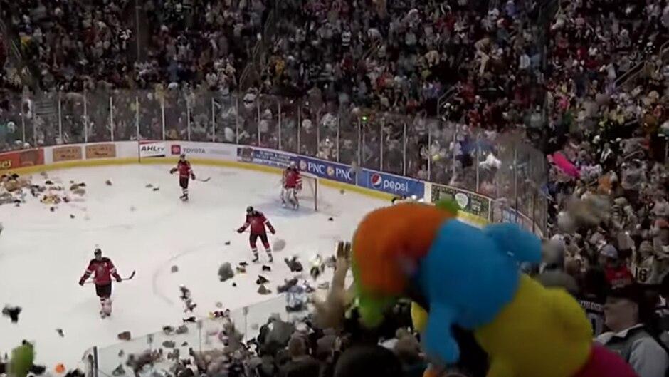 Spenden-Aktion: Eishockey-Fans knacken Rekord: Hier fliegen 34.798 Kuscheltiere aufs Eis