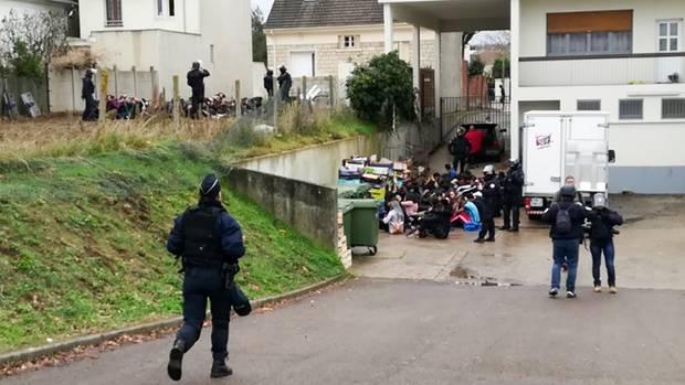 Am Donnerstag waren in der Nähe vonParis rund 150 Menschen festgenommen worden, vor allem Schüler. Videos des Polizeieinsatzes zeigen, wie Dutzende Schüler in Reihen und unter der Aufsicht der Sicherheitskräfte auf dem Boden knieten oder hockten, mit den Händen am Kopf oder hinter dem Rücken. Polizeikreise bestätigten die Echtheit der Aufnahmen.