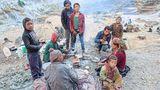 Die (Salz)-Karawane zieht nicht mehr weiter   Weitere Folgen: Die sehr traditionell verankerten Salz-Karawanen mit Ziegen, da Yaks nicht in tiefere Lagen gehen können, sind bald Geschichte, da der Transport nun über die Straße erfolgen wird. Traditionelle Routen zwischen Tibet und Indien, die vor allem von Nepalis im Westen begangen wurden, stehen vor dem Ende.