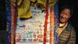 """Amchi: Berufsstand mit Tradition und wenig Zukunft   Die traditionellen tibetischen Ärzte (Amchi) bildeten über Generationen das """"gesundheitliche Rückgrat"""" in den abgelegenen Gebieten des Himalayas. Ihre Heilkunde basierte vorrangig auf lokale Kräuter und Pflanzen. Durch Klimawandel und veränderte Regenperioden ist das Pflanzenwachstum um über 50 Prozentzurückgegangen. Viele Pflanzen sind bereits ausgestorben, so dass zahlreiche Arzneien nicht mehr produziert werden können. Zudem haben die Chinesen mit der Errichtung einer kaum mehr durchlässigen Grenze zu Tibet (China) den Austausch an Ärzten und an Wissen mit den wichtigsten traditionellen Medizinschulen in Tibet vollkommen zum Erliegen gebracht."""