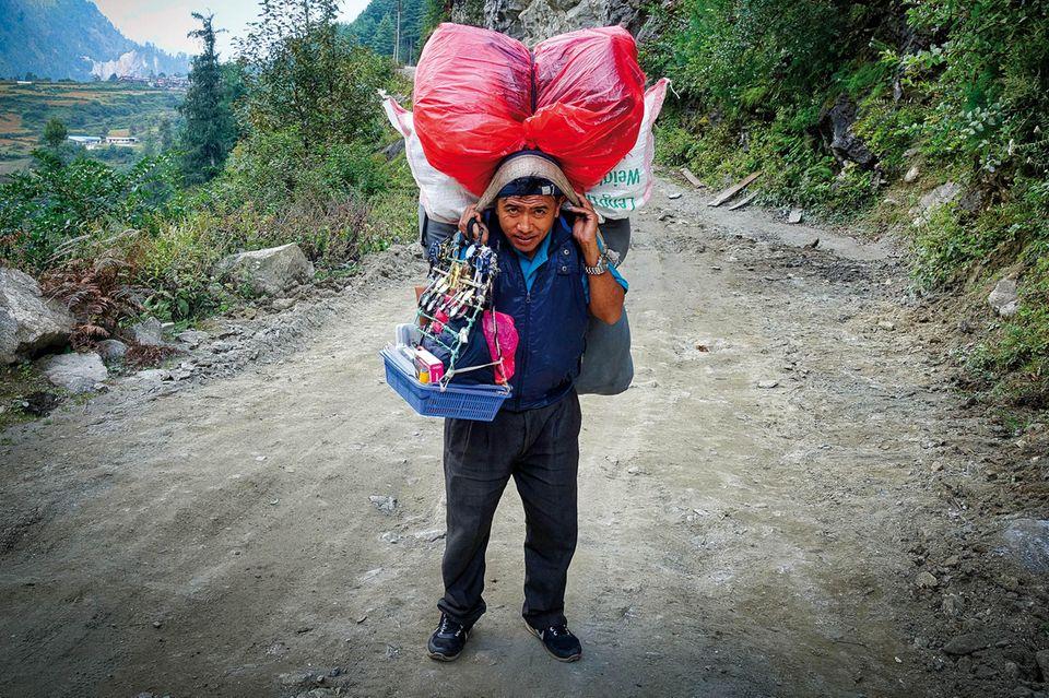 """Fliegende Himalaya-Händler – die letzten ihrer Art   Traditionell versorgten fliegende Händler abgelegene Gebiete und Yak-Weiden mit den nötigen Dingen des Alltags. Der Berufsstand ist nun kaum noch gefragt, da immer mehr Straßen auch abgelegene Regionen mit der """"Außenwelt"""" verbinden. Vor allem in den Gebieten Manaslu und Annapurna ist dieser Wandel bereits Alltag."""