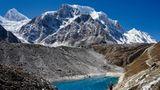 Am Berg schmelzen die Gletscher – im Tal zittern die Menschen   Wissenschaftler registrieren seit Jahren einen dramatischen Rückgang der rund 3200 nepalesischen Gletscher. Auch einheimische Bergsteiger, wie der zehnfache Everest-Bezwinger Ang Rita Sherpa, berichten, dass sich selbst am Fuße des Mount Everest große Seen gebildet haben. Die dramatischste Folge durch den Eis-Rückgang: Es bilden sich hunderte von Schmelzwasserseen, die nur von instabilen Geröllwänden geschützt werden. Es drohen schon bald Flutwellen, die sich in die Täler stürzen könnten. Ganze Dörfer und tausende Einwohner sind bedroht.