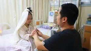 """Die kleine Yaxin """"heiratete"""" im Krankenhaus ihren Papa"""
