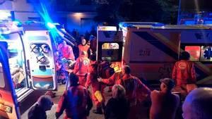 Rettungskräfte kümmern sich nach einer Massenpanik in einer Diskothek