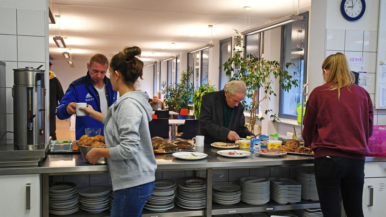 In derTeestube einer Pfarrei in Rheinland-Pfalz wird Essen an Obdachlose ausgegeben. Aber auch viele nicht-wohnungslose Menschen in Deutschlandwissen kaum, wie sie ihren Lebensunterhalt bestreiten sollen.