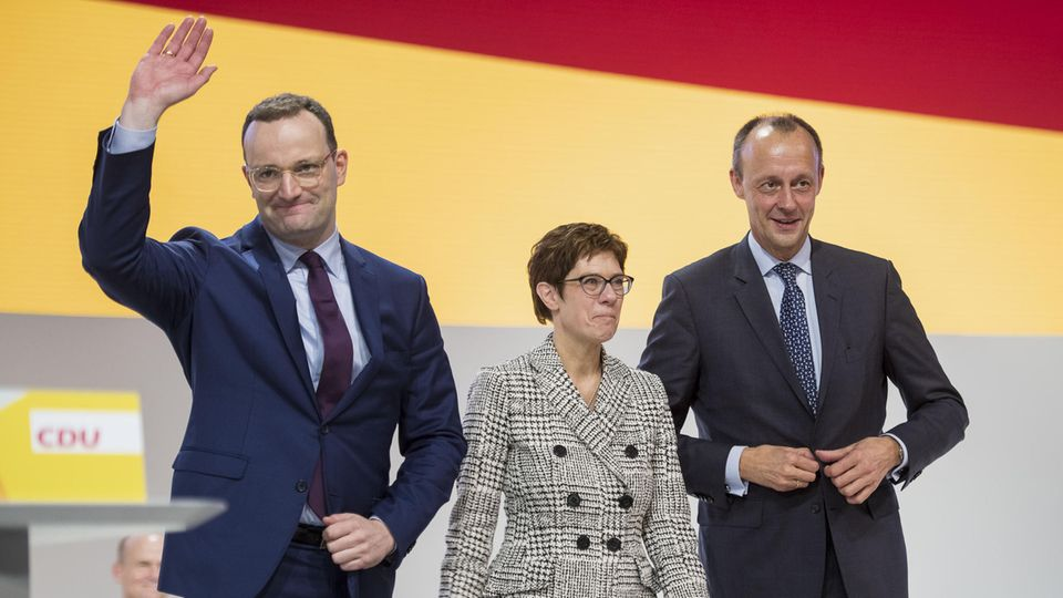 Ein Bild, das Einigkeit demonstrieren soll: die neu gewählte CDU-Vorsitzende Annegret Kramp-Karrenbauer neben ihren unterlegenen Konkurrenten Jens Spahn und Friedrich Merz