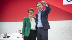 """Paul Ziemiak und Annegret Kramp-Karrenbauer. Beobachter sehen es an klugen Schachzug """"AKKs"""", dass sie Ziemiak alsGeneralsekretär vorschlug. Er stammt wie ihre Gegner beim Kampf um den CDU-Vorsitz, Friedrich Merz und Jens Spahn, aus Nordrhein-Westfalen."""