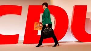 Annegret Kramp-Karrenbauer verlässt den Hamburger Parteitag nach dessen Ende. Am Freitag war sie dort zur CDU-Chefin gewählt worden.