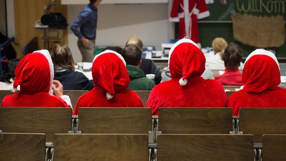 Studenten lassen sich in einem Hörsaal in Dresden zu Weihnachtsmännern ausbilden