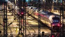 ICE-Züge der Deutschen Bahn stehen auf den Gleisen vor dem Münchner Hauptbahnhof