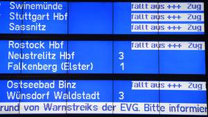 Die Deutsche Bahn hat am Montagmorgen wegen der Warnstreiks bundesweit den Fernverkehr eingestellt.