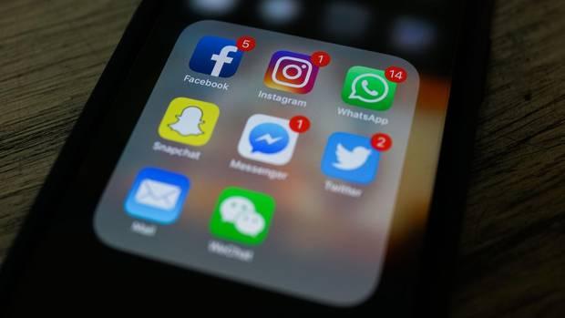Ein Handy mit Apps von sozialen Netzwerken