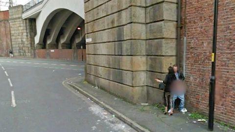 Google Street View zeigt Prostituierte und Freier in flagranti