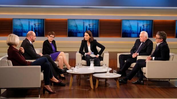 Anne Will in ihrer Sendung mit verschiedenen Gästen