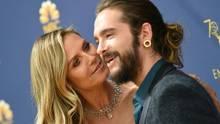 Heidi Klum schaut ihren Freund Tom Kaulitz von der Seite an, während die beiden auf einem roten Teppich posieren