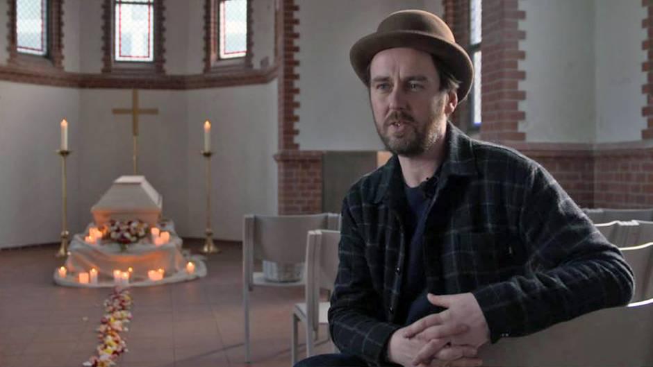 Eric Wrede (38) in der von ihm gepachteten Kapelle, wo er ganz persönliche undindividuelle Trauerfeiern abhält.