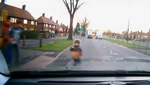 Junge entkommt dem Tod gleich zwei mal beim Verkehrsunfall