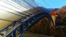 Kunming, China. Neue Brücke über den Fluss Saluen im Südwesten des Reichs der Mitte - und was für eine. Es handelt sich mit 1024 Metern Länge und einer Spannweite der Spannbögen von 490 Metern um die Eisenbahnbogenbrücke mit den weltweit längsten Spannbögen. Mit der jetzt eröffneten Konstruktionist der Weg über die 220 Kilometer lange Strecke von der Hauptstadt der ProvinzYunnan nach Yangon in Myanmar frei.