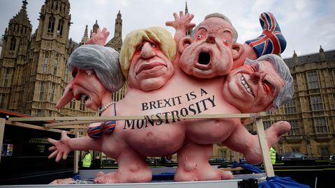 Die britische Premierministerin hat die Abstimmung über den Brexit vertagt – Demonstranten nehmen das Gezerre mit einer Skulptur aufs Korn