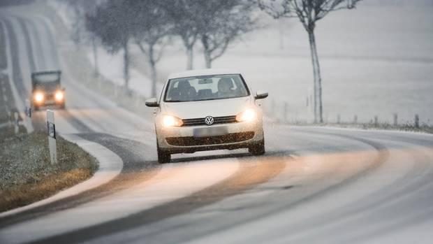 Schneefall in den Alpen und den Mittelgebirgen und überall in Deutschland gefährlich rutschig: Der Wetterdienst warnt Autofahrer