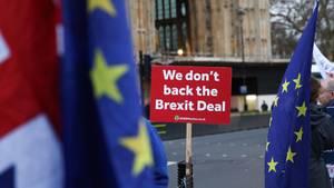 """""""Wir unterstützen den Brexit-Deal nicht"""": Protestschildvor dem Westminster Palace, dem Sitz des britischen Parlaments"""