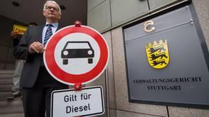 Jürgen Resch, Bundesgeschäftsführer der Deutschen Umwelthilfe, mit einem Verbotsschildfür Dieselfahrzeuge