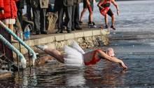 Shenyang, China. Wenn der Winter da ist, springenMenschen überall auf der Welt ins eisig kalte Wasser.Diesmal befindenwir uns in China, und es ist eine Frau, die in einem Tutu den wagemutigen Sprung in einen See wagt. DieLufttemperatur beträgt hier im Nordosten Chinas momentan minus 20 Grad.