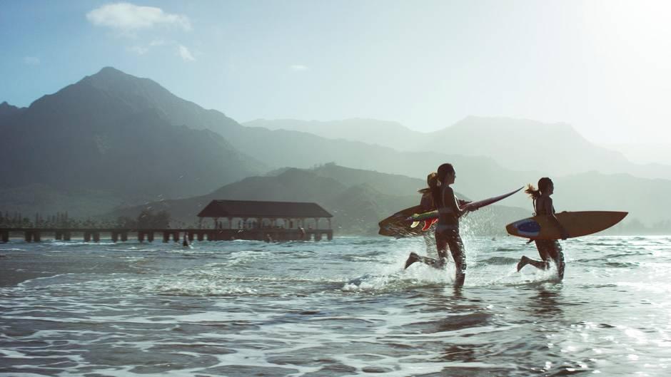 Die Wellen kommen in Hawaii von weither über den Pazifik: An der Küste von Waimea türmen sie sich haushoch auf. Geübte Surfer finden hier von November bis Februar erstklassige Bedingungen.