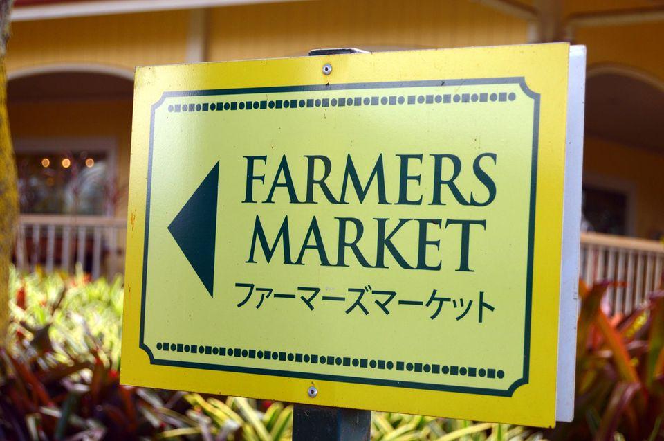 Das Hinweisschild zum Farmers Market soll auch japanische Touristen anlocken