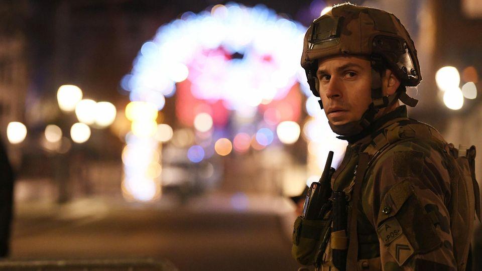 Soldat vor dem Weihnachtsmarkt in Straßburg