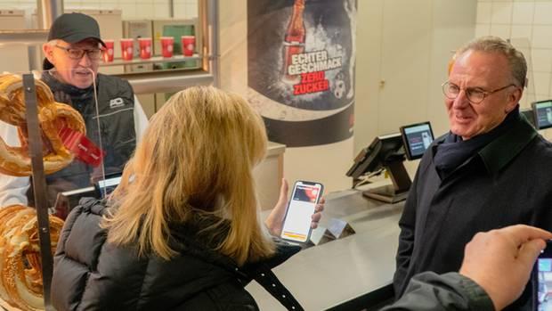 """Seit Jahren ist der FC Bayern Partner von Apple. """"Nun kann man an allen Kiosken und Shops mit Apple Pay, Debit- und Kreditkarten bezahlen"""", sagt Karl-Heinz Rummenigge (rechts), Vorstandsvorsitzender des FC Bayern."""