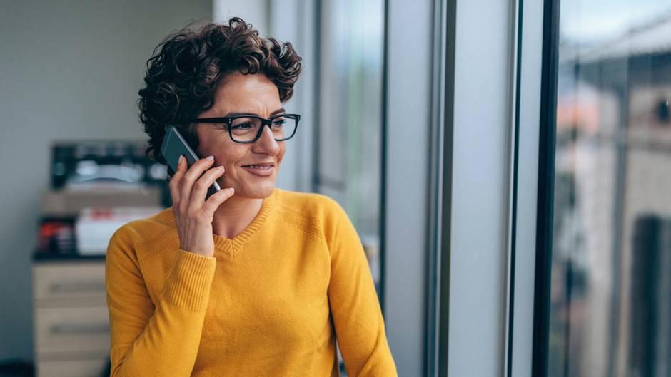 Telefonieren ins EU-Ausland  Die Roaminggebühren für Telefonate, SMS und Surfen mit dem Handy im EU-Ausland sind zwar abgeschafft. Doch wer aus der Heimat ins Ausland telefoniert, muss das teilweise teuer bezahlen. Das soll sich ändern: Voraussichtlich ab dem 15. Mai 2019 wird es Preisobergrenzen geben. Die Gesprächsminute von Handy oder Festnetz soll dann innerhalb der EU maximal 19 Cent kosten, eine SMS höchstens 6 Cent.