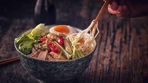 Ramen und Miso-Suppen  Sie sind flüssig. Sie sind heiß. Sie liefern Aminosäuren, Vitamine und Mineralien. Japanische Ramen und Miso-Suppen sind nicht umsonst so beliebt in Japan und anderen asiatischen Ländern. Hauptgeschmacksträger sind Dashi, so wird der Fischsud genannt, und Miso, eine Sojabohnenpaste. Kleine Tofustücke oder dünne grüne Meeresalgen, die Wakame, schwimmen gerne in der Suppe. In Japan wird sie zum traditionellen Frühstück serviert, die Misosuppe mit Reis, die Ramen mit Nudeln, Schweinebauch und Ei.