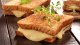 Käse  Wen Kopfschmerzen plagen, hat Hunger auf Herzhaftes. Außer der Alkohol hat den Magen komplett verdorben. Für alle anderen heißt es, ran ans Überbackene. Das können Brötchen mit Speck, Essiggurken, Knoblauch und massenweise Käse sein. Odereinfach Käse-Toast. Köstlich sind auch Nudeln in allen Variationen, solange genug Parmesan oder Mozzarella darauf ist.