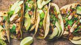 Tacos (aber auch Burritos und Quesadillas)  Wir vermuten, mexikanisches Essen wurde überhaupt erst erfunden, um den Kopf nach einer ausgiebigen Tequila-Session zu beruhigen. Es gibt eigentlich fast kein besseres Essen nach einer durchzechten Nacht. Wie sonst ist es zu erklären, das Köstlichkeiten wie Burritos, Quesadillas oder Tacos heutzutage auf vielen deutschen Speisekarten stehen - auch in Frühstückslokalen. Zur Herstellung eines Burritos sind auch Essensreste hervorragend geeignet. Wenn Sie Reis vom Vortag haben, mixen Sie ihn in den Tortillafladen. Genauso steht es mit allerlei Salaten und Gemüse. Wenn Sie eine Avocado im Haus haben, machen Sie eine köstliche Guacamole daraus. Und vergessen Sie nicht die scharfe Sauce und Käse.