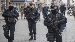 In Straßburg kontrollieren bewaffnete Polizisten die Gegend in der Nähe des Weihnachtsmarkts