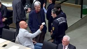 Eklat im baden-württembergischen Landtag: AfD-Politiker Stefan Räpple wird von Polizisten des Saals verwiesen