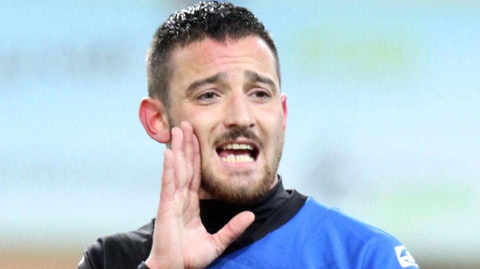 Deniz Naki ruft mit einer Hand am Mund zu einem Mitspieler