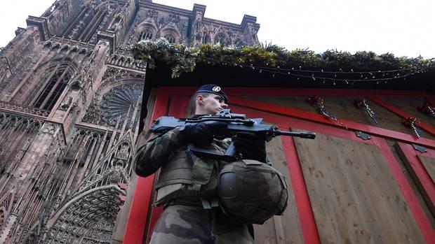 Ein Soldat bewacht das Areal vor dem Weihnachtsmarkt in der Kathedrale in Straßburg