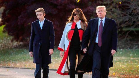 Im Garten des Weißen Hauses geht Barron Trump ganz links, in der Mitte Melania Trump und rechts Donald Trump