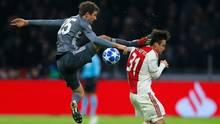 12. Dezember  Ein Mann sieht rot: Thomas Müller fliegtbeim 3:3 in Amsterdam vom Platz  Nachdiesem Kung-fu-Sprung in den Nacken von Ajax-Spieler Nicolas Tagliafico musste Thomas Müller den Platz verlassen. Selten hat man den Weltmeister in Reihen des FC Bayern so wild gesehen. Wild war auch die Champions-League-Partie in Amsterdam insgesamt. Mit jeder Führung wechselte den Gruppensieg zwischen Ajax und dem FC Bayern hin und her; je einmal konnten die Clubs das Spiel drehen. Die Tore zum 3:3 erzielten für die Bayern Robert Lewandowski (2) und Kingsley Coman und für Ajax Dusan Tadic (2) und Nicolas Tagliafico in der Nachspielzeit. Mit einigem Gezitter haben die Bayern den Gruppensieg damit verteidigt. Übrigens: Auch bei den roten Karten erzielten die Kontrahenten Gleichstand. Der Österreicher Maximilian Wöber musste ebenfalls vorzeitig vom Platz.