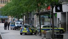 Ein Bild nach dem Unfall im Juni dieses Jahres: Polizisten sichern die Stelle in der Fußgängerzone von Hannover, an der der Raser mit dem 82-jährigen Fußgänger zusammengestoßen war.