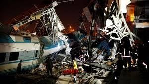 Rettungskräfte arbeiten an der Unfallstelle, an der am Morgen in der Türkei ein Zug entgleist war