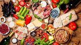 Mediterrane Diät  In den 1980er Jahren türmten sich etliche Kochbücher und Ratgeber zur Mittelmeer-Diät in den Regalen. Sonnengereifte Tomaten, fangfrischer Fisch, mediterrane Früchte und Gemüse,Olivenöl. Das sind dieHauptzutaten der Mittelmeer-Diät, die zu den gesündesten der Welt zählt. Wer sich an den Ernährungsplan der Griechen, Spanier und Italiener hielt, dem wurde ein langes und gesundes Leben versprochen.  Auch heute noch ist die Mediterrane Diät ein guter Plan. Vor allem, weil sie keinerlei Fertigprodukte vorsieht. Alle Lebensmittel sind frisch und die Basis bilden Gemüse und Früchte.