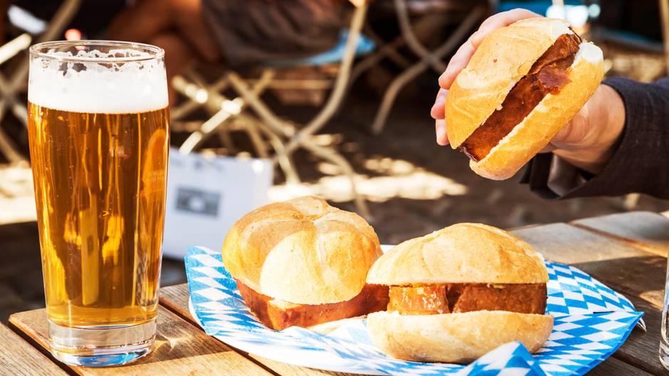Semmeln mit Leberkäse und ein Glas Bier