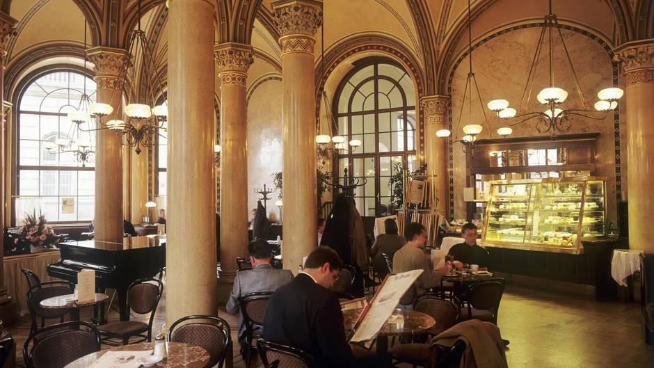 Das Cafe Central verströmt heute noch die Atmosphäre desK.u.K.-Zeitalters.