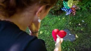 Eine trauernde Mutter am Grab ihres Kindes