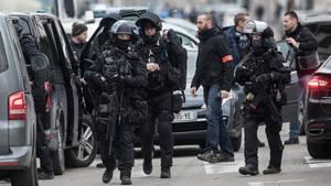 Polizei-Razzia im Straßburger Stadtteil Neudorf. Hier war Attentäter Chérif C. zuletzt gesehen worden.